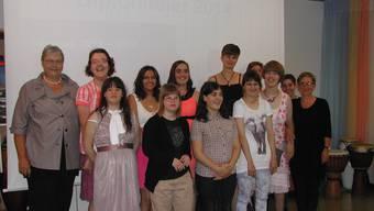 Alle Diplomierten feiern mit Barbara Aebischer (l.) und Claudia Plaz (r.) den Abschluss des Schuljahres.