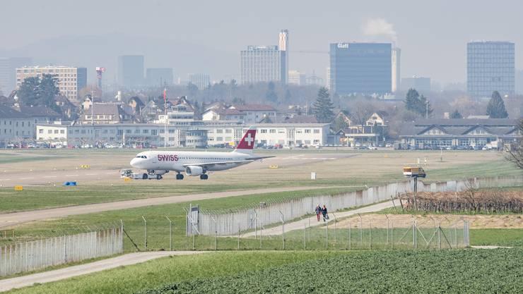 Ein Flugzeug aus Bangkok, gechartert vom EDA, landete am Dienstagabend in Zürich. (Symbolbild)