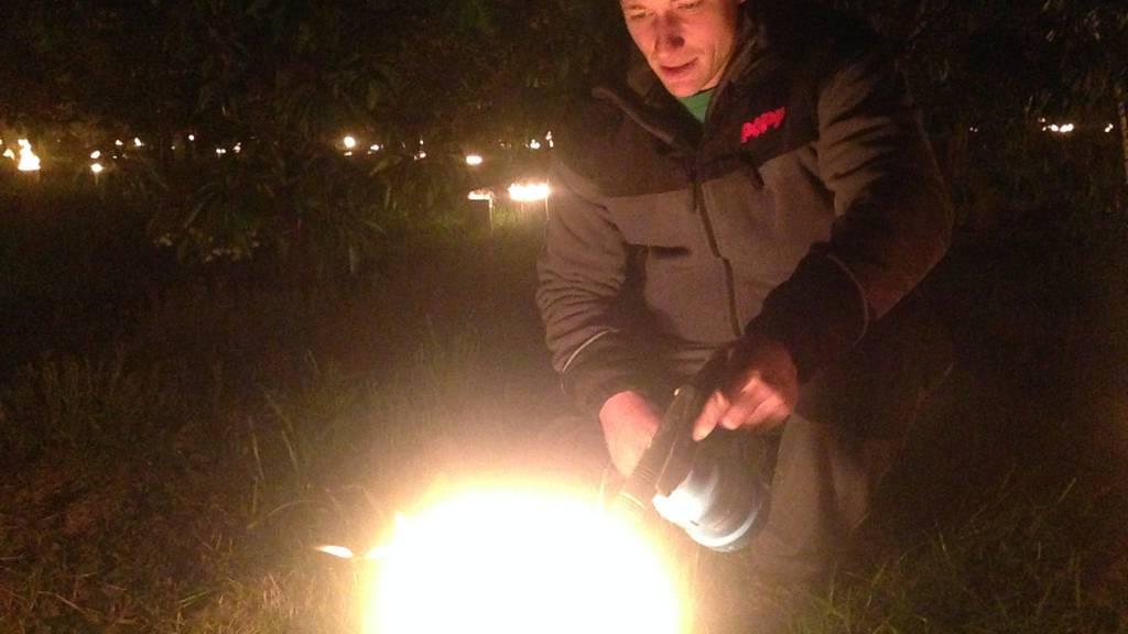 Raphael Popp zündet eine Frostkerze an.