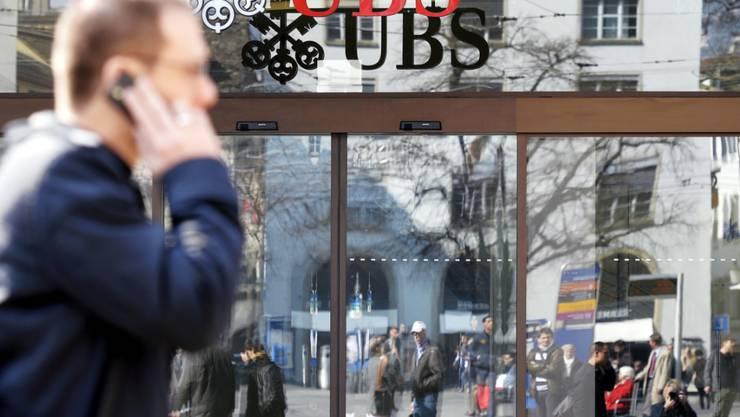 Weil die Grossbank UBS befürchtet, dass Informationen nicht vertraulich behandelt werden könnten, hat die Eidgenössische Steuerverwaltung das Abkommen mit Frankreich zur Amtshilfe auf Eis gelegt. (Archiv)