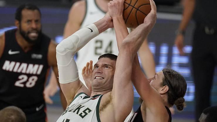 Brook Lopez von den Milwaukee Bucks kämpft mit Kelly Olynyk um den Ball