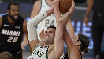 Brook Lopez von den Milwaukee Bucks kämpft mit Kelly Olynyk um den Ball
