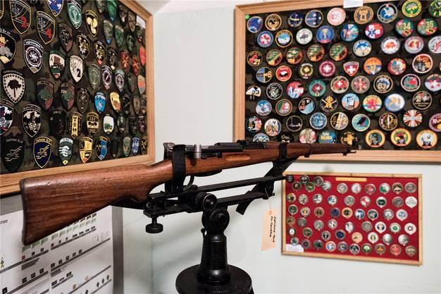 Beat Wyser trug in den vergangenen Jahren zahlreiche Militär-Embleme zusammen. Zu Hause hat er weitere 528 Stück.