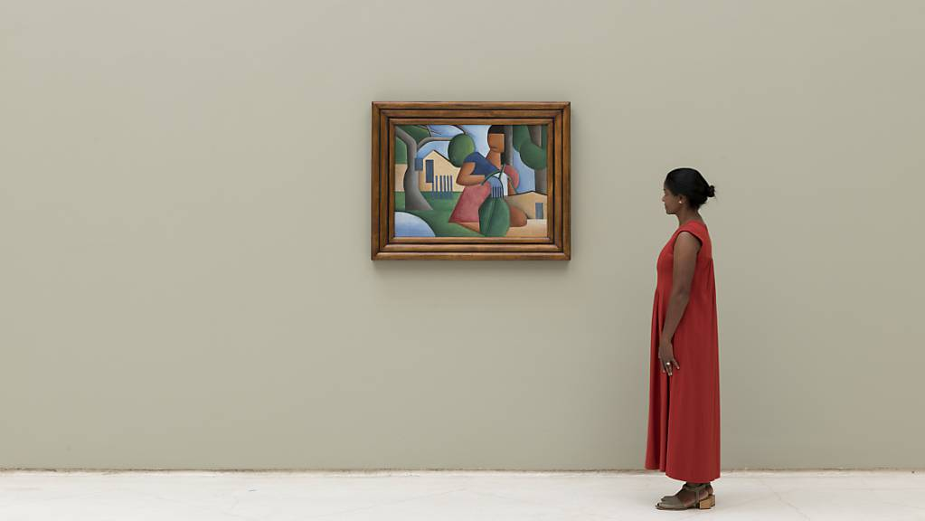 Eine Frau betrachtet das Werk «A Caipirinha» der brasilianischen Künstlerin Társila do Amaral in einer Galerie in São Paulo.