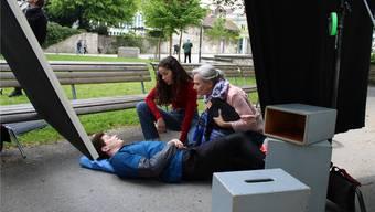 Die Darsteller Lucas Fischer, Lou Haltinner und Verena Bosshard während den Dreharbeiten zum Kurzfilm «Erste Hilfe bei einem epileptischen Anfall» auf dem Schlossplatz in Aarau (v. l.).