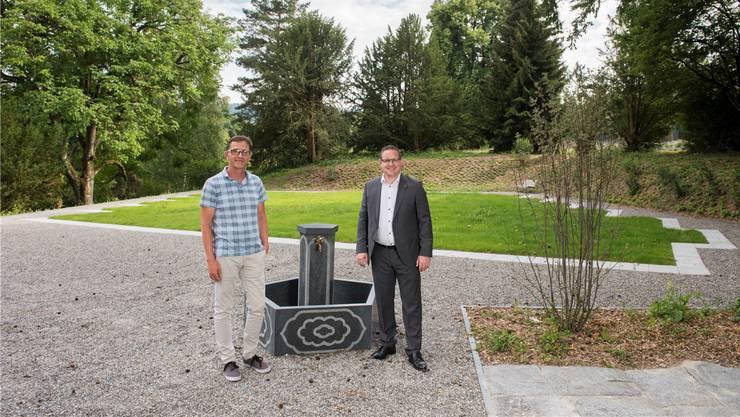 Thomas Stirnemann (Leiter Werkhof, l.) und Stadtrat Philippe Ramseier vor dem muslimischen Grabfeld.