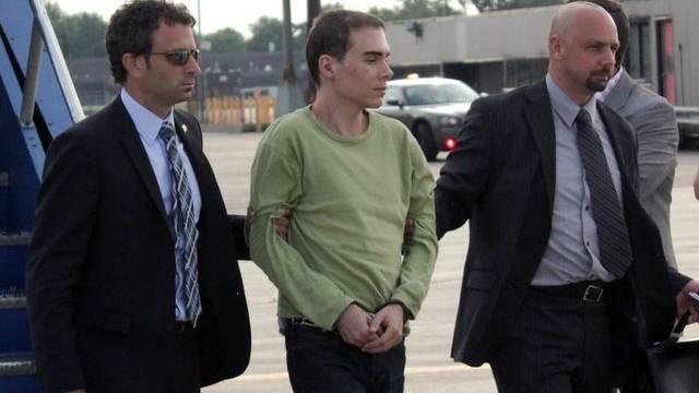 Der mutmassliche Mörder Luka Magnotta (Mitte) nach der Landung in Kanada