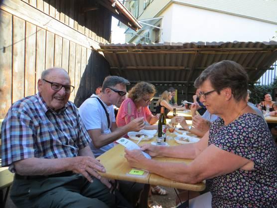 Wer kennt ihn nicht in Frenkendorf, richtig der Willi Stebler, Restaurant Schlüssel früher, mit der Frau und auch den Kindern