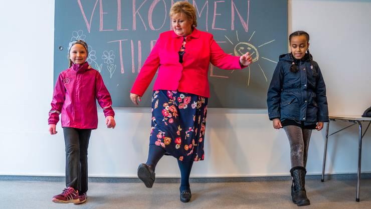Norwegens Ministerpräsidentin Erna Solberg (Mitte) zeigte im April 2020 Schülerinnen in Oslo die corona-konforme Begrüssung.