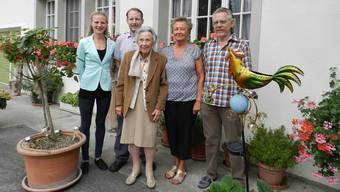 Jessica Bergmann, Pascal Stutz, Frieda Koch-Stutz sowie Lotti und Martin Stutz (von links) vor dem Restaurant Güggel.