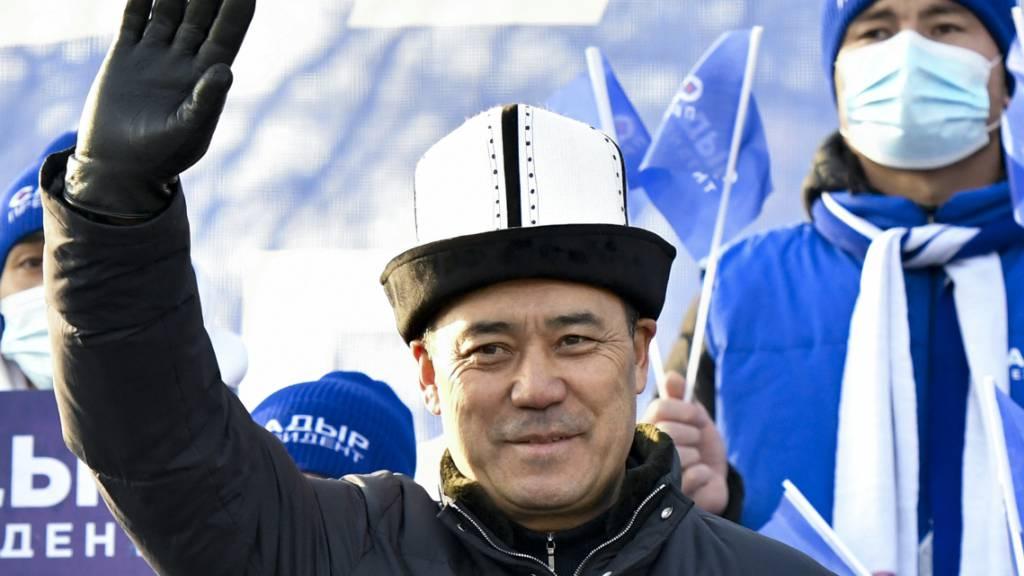 Sadyr Schaparow, Präsidentschaftskandidat von Kirgistan begrüßt seine Unterstützer während einer Kundgebung. Foto: Vladimir Voronin/AP/dpa