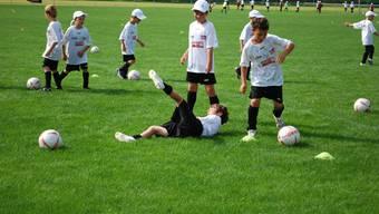 Kinder beim Training: Auch Hinfallen wie die Profis soll gelernt sein.