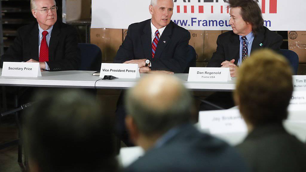 US-Vizepräsident Mike Pence (Mitte) und US-Gesundheitsminister Tom Price (links) bei einem Treffen mit KMU-Vertretern (Archivbild)