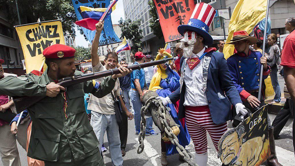 """Venezolaner demonstrieren beim """"Anti-Imperialisten""""-Marsch durch Caracas gegen US-Drohungen. (Archivbild)"""