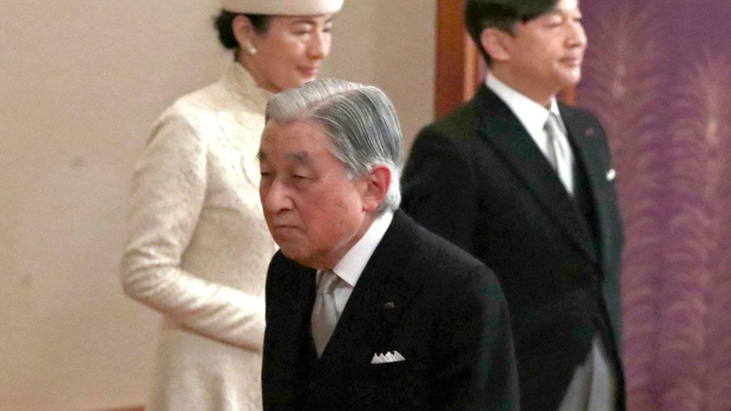 Der alte Kaiser Akihito (Mitte) geht - den Chrysanthemen-Thron übernimmt Sohn Naruhito (rechts hinten), neben ihm seine Ehefrau Masako.