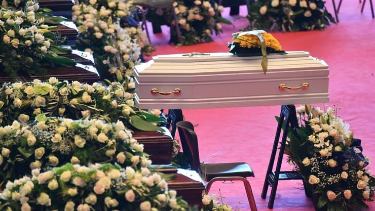 Trauerfeier für die Opfer des Brückeneinsturzes in Genua: In der Messehalle stehen 18 Särge, darunter ein kleiner weisser für das jüngste Opfer.