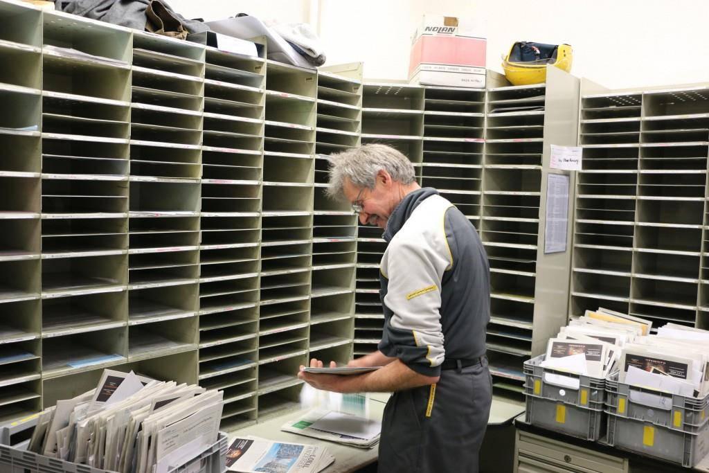 ...nämlich mit dem Sortieren der Post. (© FM1Today/Nina-Lou Frey)