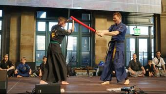 Leo Wildermuth (links) und Vladimir Soro (Wohlen, rechts) treten mit Schaumstoffschwertern zum Zweikampf an.