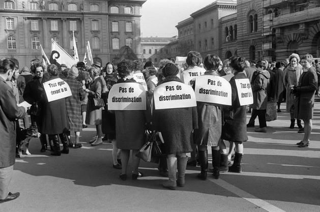 Auf dem Bundesplatz wurde eine Resolution in allen vier Landessprachen verlesen. Gefordert wurde das volle Stimm- und Wahlrecht für Frauen auf eidgenössischer und kantonaler Ebene.