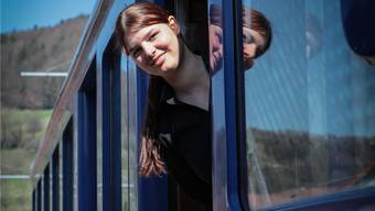 Olivia Bertschi rettet das Bähnli vor dem Schweissbrenner. Peter Siegrist