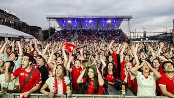 Public Viewing während der WM 2014 in der Lounge an der Europaallee in Zürich. Bei den Veranstaltungen zur EM 2016 wird mehr Sicherheitspersonal vor Ort sein.