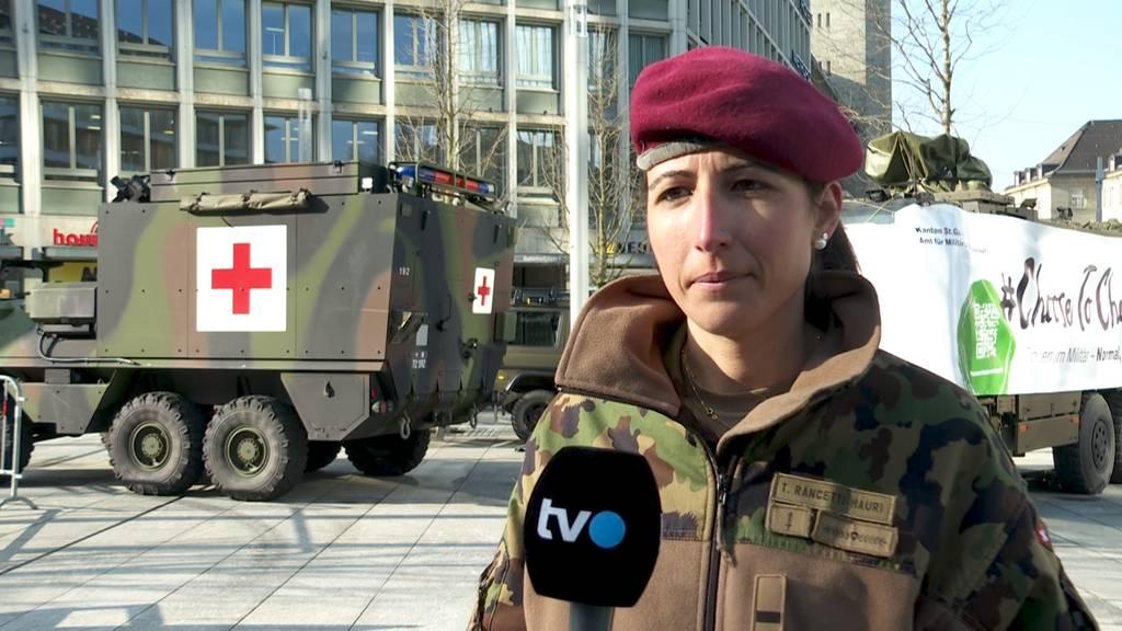 Mit Panzer und Uniform: Frauen werben für Militärdienst