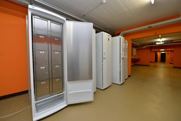 Hier stehen abschliessbare Kühlschrankfächer.