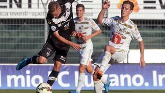 Vergeblich abgemüht: Luganos Mattia Bottani kann sich gegen den Luzerner Jakob Jantscher nicht durchsetzen