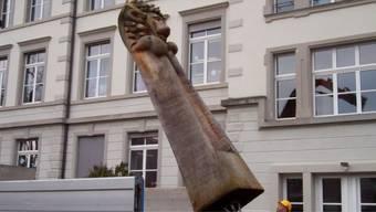 Am neuen Örtchen: Marcel Zeindler und Bildhauer Alex Schaufelbühl platzierten das hölzerne Stadtwappentier um. sl