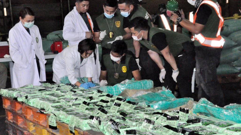 Riesiger Drogenfund: Der philippinische Zoll zeigt das beschlagnahmte Crystal Meth, das besonders bei den Armen beliebt ist.