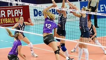 Volero-Spielerin Mira Golubovic (Nr. 12 ) beim Smash.