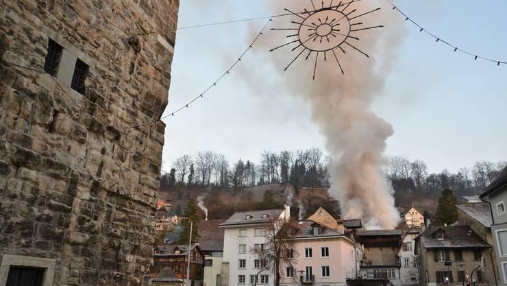 Brand in einem Einfamilienhaus Brugg: Die Rauchsäule ist weit herum sichtbar.
