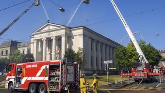 50 Feuerwehrmänner bekämpfen den Brand in der katholischen Kirche Sacré Coeur in Genf.