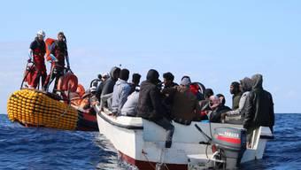 Bereits vor einer Woche rettete die Besatzung der SOS Mediterranee des Schiffes Ocean Viking im Mittelmeer 30 Flüchtlinge in Seenot. (Archivbild)