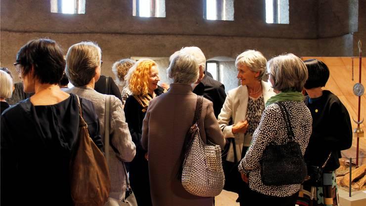 Kulturfreiwillige tauschen sich mit Brigitta Luisa Merki (Mitte) in Königsfelden aus. ZVG