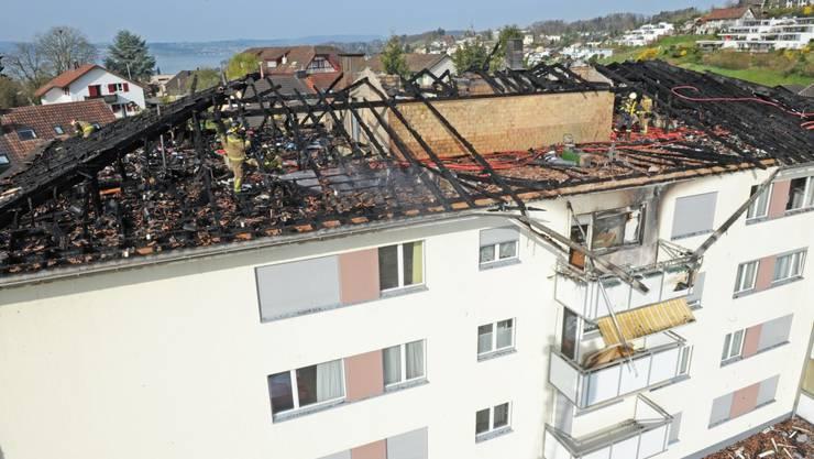 Der Dachstock dieses Mehrfamilienhauses ist komplett ausgebrannt
