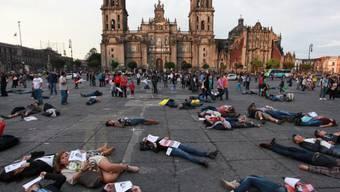 Demonstranten liegen auf Zócalo-Platz in Mexiko-Stadt (Archiv)