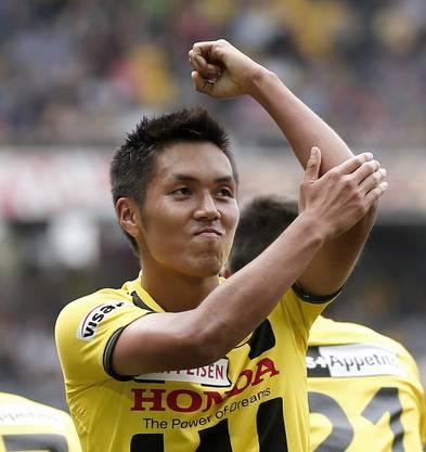 Berns Yuya Kubo jubelt nach seinem Tor zum 1-1