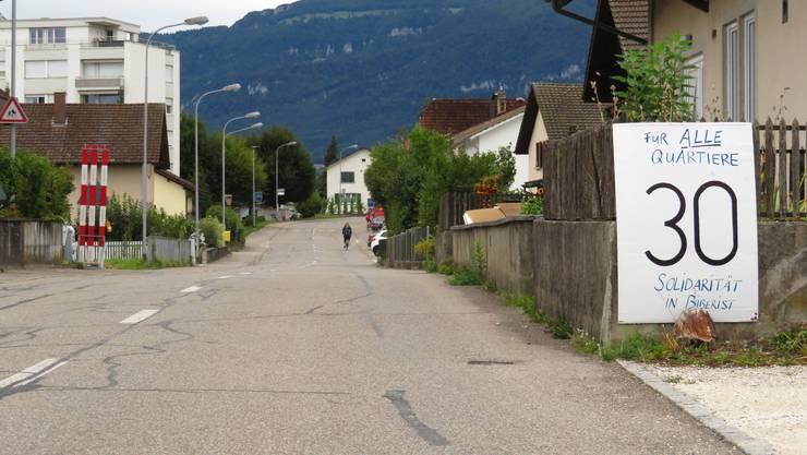 Befürworter setzen sich mit selbstgebastelten Plakaten für Tempo 30 auf der Bleichenbergstrasse ein.
