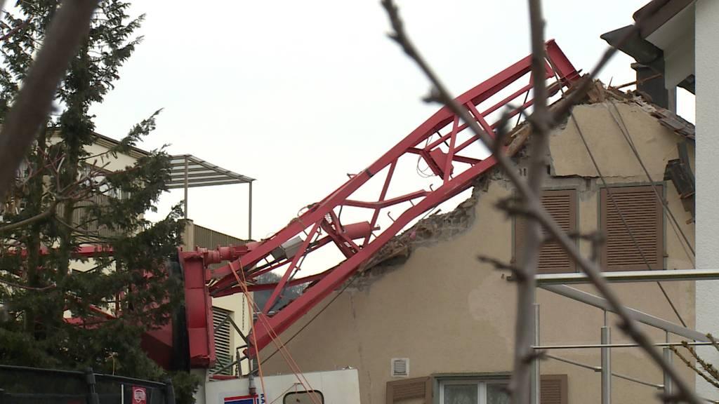 Meilen (ZH): Baukran stürzt auf Doppeleinfamilienhaus