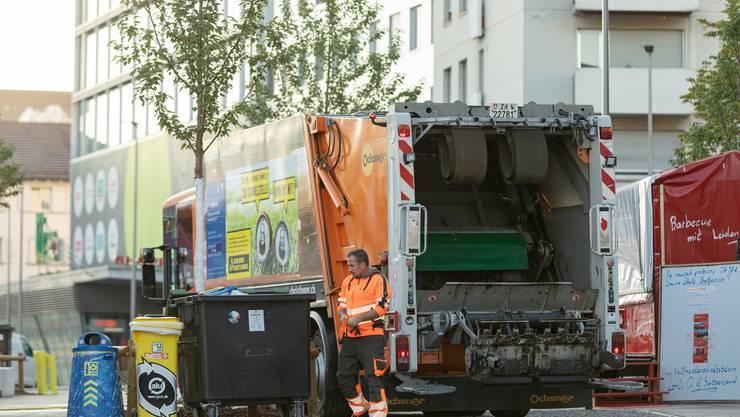 Abfall leeren im Morgengrauen: Shpetim Zejnaj vom Schlieremer Werkhof schlieren sorgt dafür, dass die Container am Schlierefäscht immer wieder leer sind.