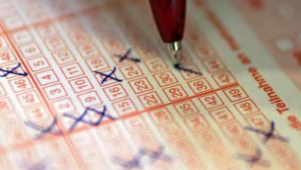 6 Richtige plus Glückszahl: Wegen des Riesen-Jackpots von 43,8 Millionen Franken haben am Samstag rund doppelt so viele Menschen einen Lotto-Schein gekauft als sonst üblich. (Symbolbild)