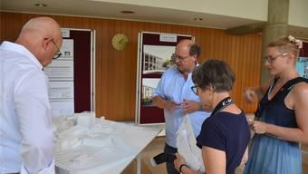 IGO-Verwaltungsratspräsident Beat Müller (l.) und Dahlia-Chef Urs Lüthi (Bildmitte) erläutern das Grossprojekt «Jura-Dorf» anhand des Modells. zvg