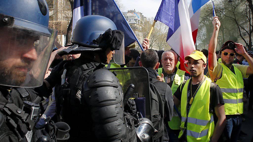 Westen gegen Kampfmontur: Am Samstag sind in Paris erneut Hunderte «Gelbwesten» auf die Strasse gegangen.