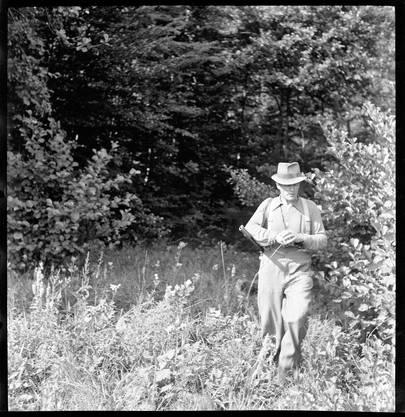 Waidmannsheil: Der Bildhauer Eduard Spörri als Jäger auf der Pirsch im Wettinger Wald (1943).