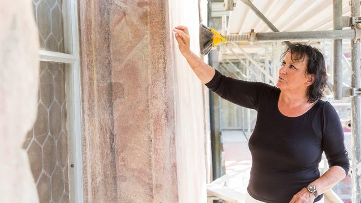 Doris Warger hat mit ihrem Team im Mai 2015 mit der Sanierung der Nordfassade der Klosterkirche begonnen.