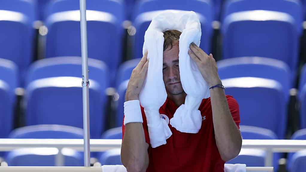 Ganz schön heiss: Mitfavorit Daniil Medwedew leidet zum Auftakt des olympischen Tennisturniers, gewinnt aber in zwei Sätzen