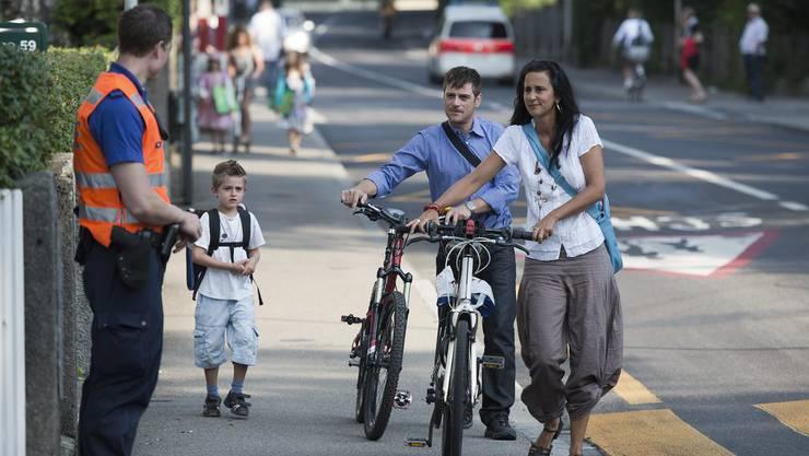 Die Polizei beider Basel kündigen eine verstärkte Präsenz vor Kindergärten und Schulhäusern bei Schulbeginn an. (Symbolbild)