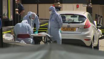 Laut Scotland Yard soll der Mann, der am Dienstagmorgen in die Absperrung vom Londoner Parlament gerast ist, terroristisch motiviert gewesen sein.