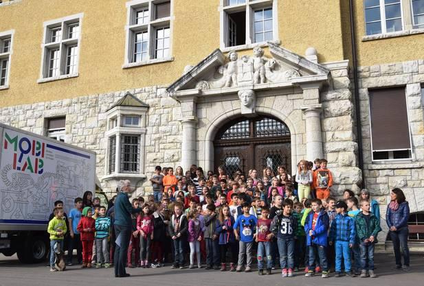 Vor dem Schulhaus empfangen die Schüler den Regierungsrat mit dem Stapferlied